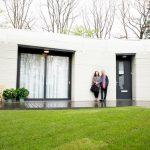 Un cuplu din Olanda se mută în prima casă ridicată integral cu o imprimantă 3D